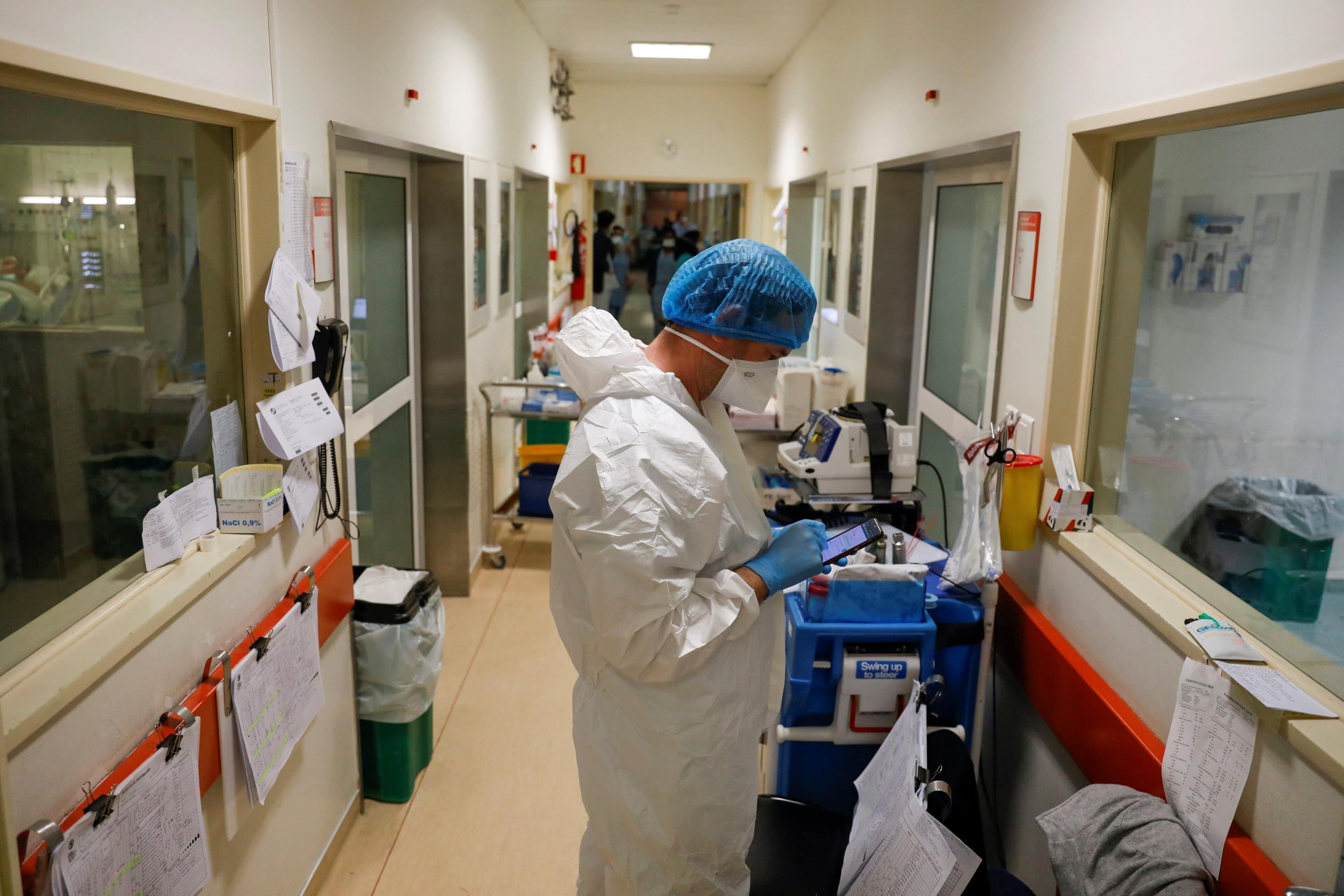 Zdravotník v portugalské nemocnici v době pandemie covidu-19