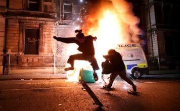 Demonstranti v Bristolu zapalovali policejní vozy