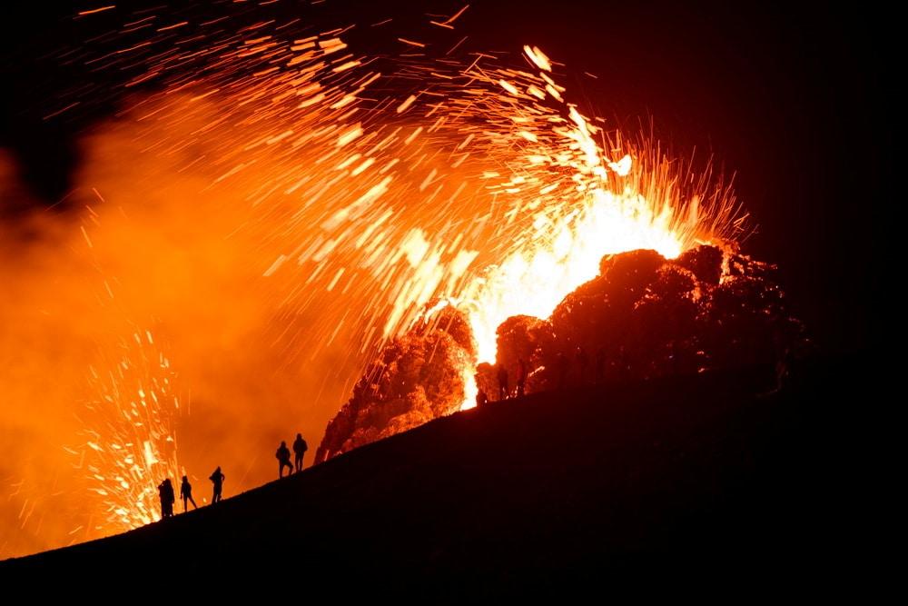 Lidé u aktivního vulkánu na Islandu
