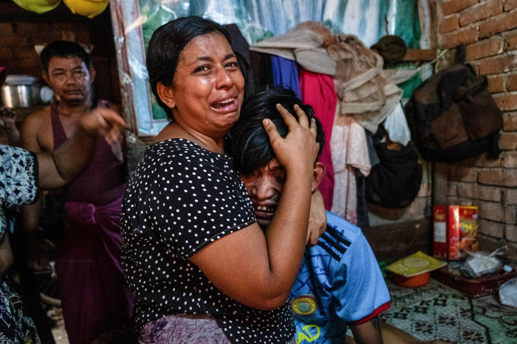 Rodina truchlí nad ztrátou příbuzného, který byl zastřelen při protestech v Rangúnu