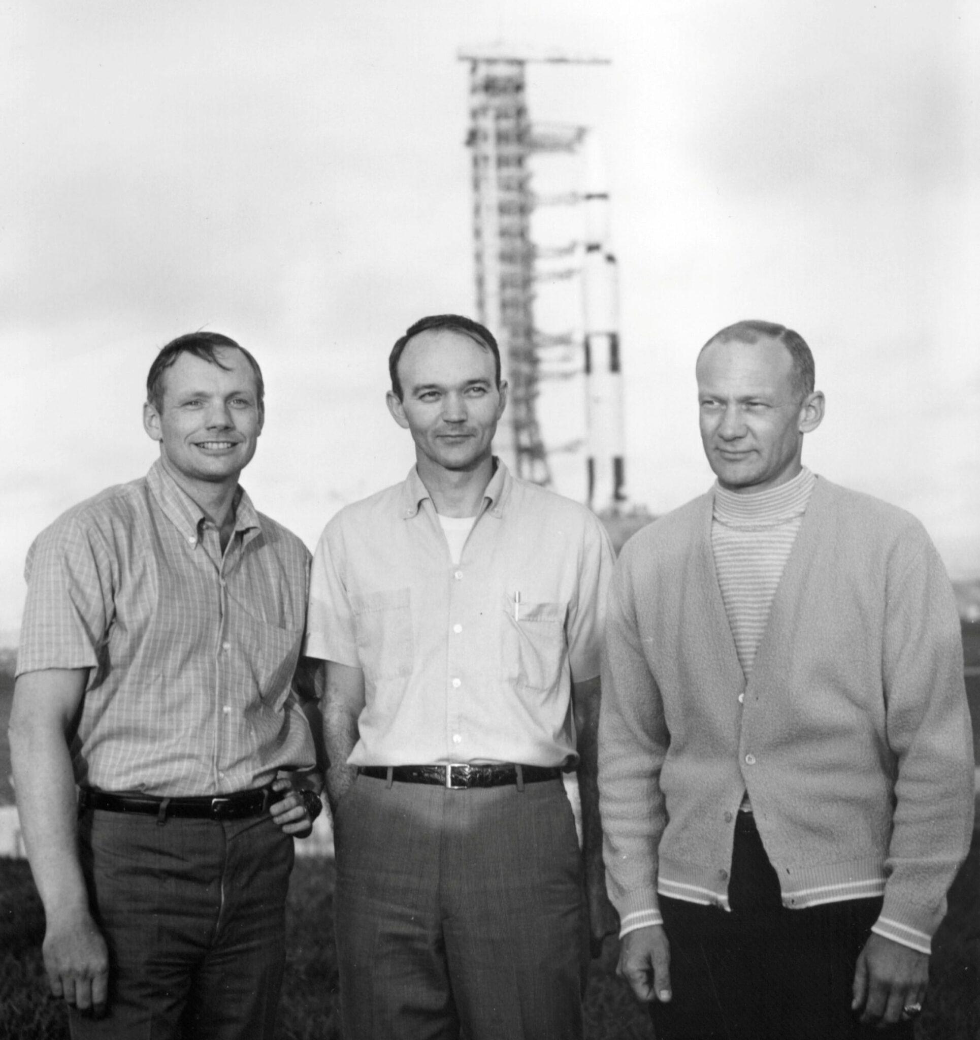 Neil Armstrong, Michael Collins a Buzz Aldrin před raketou Saturn V