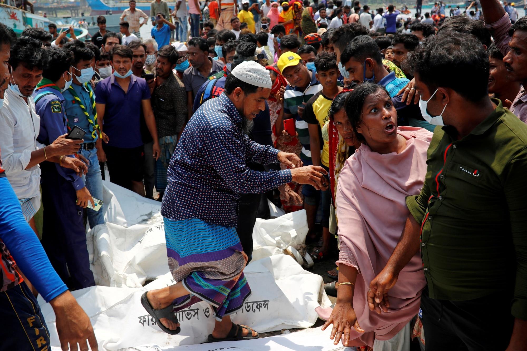 Lidé na břehu po potopení přívozu v Bangladéši