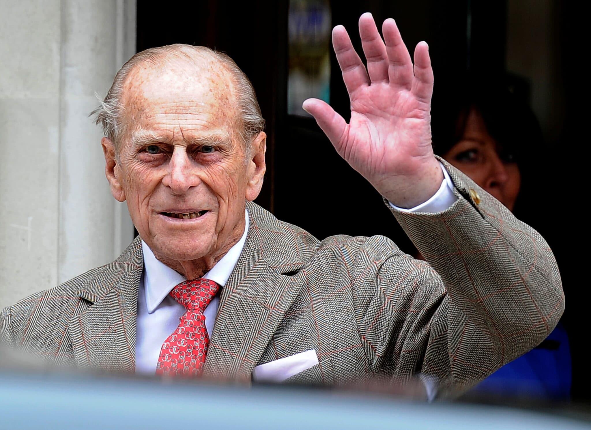 Princ Philip mává novinářům před nemocnicí v Londýně, 2012