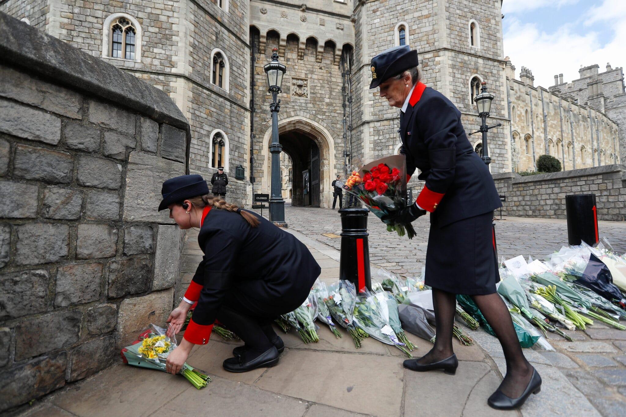 Lidé po smrti prince Philipa nosí květiny k hradu Windsor