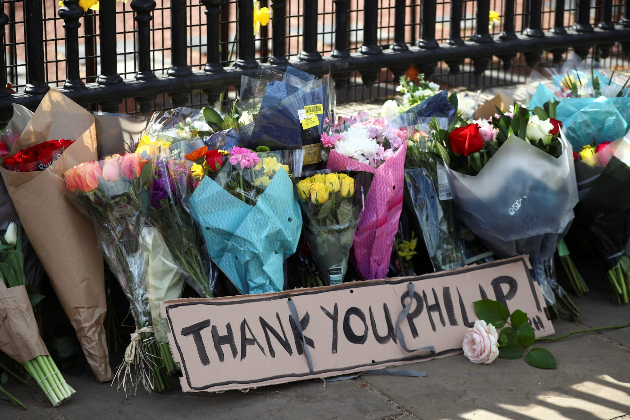 Květiny u Buckinghamského paláce po smrti prince Philipa