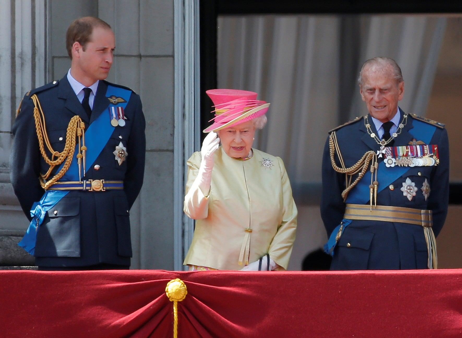 Královna Alžběta s princem Williamem a princem Philipem