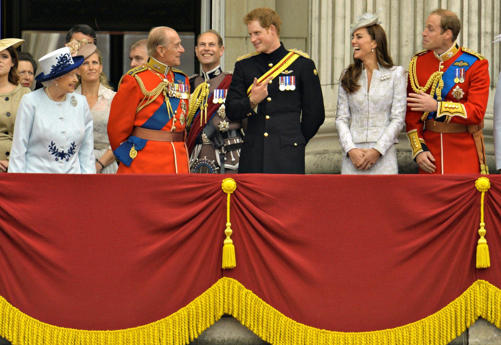 Královna Alžběta, princ Philip, princ Harry, princ William s manželkou Kate, vévodkyní z Cambridge , Catherine v Buckinghamském paláci, 2014