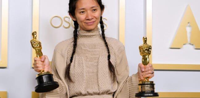 Chloé Zhao získala Oscara za režii filmu Země nomádů