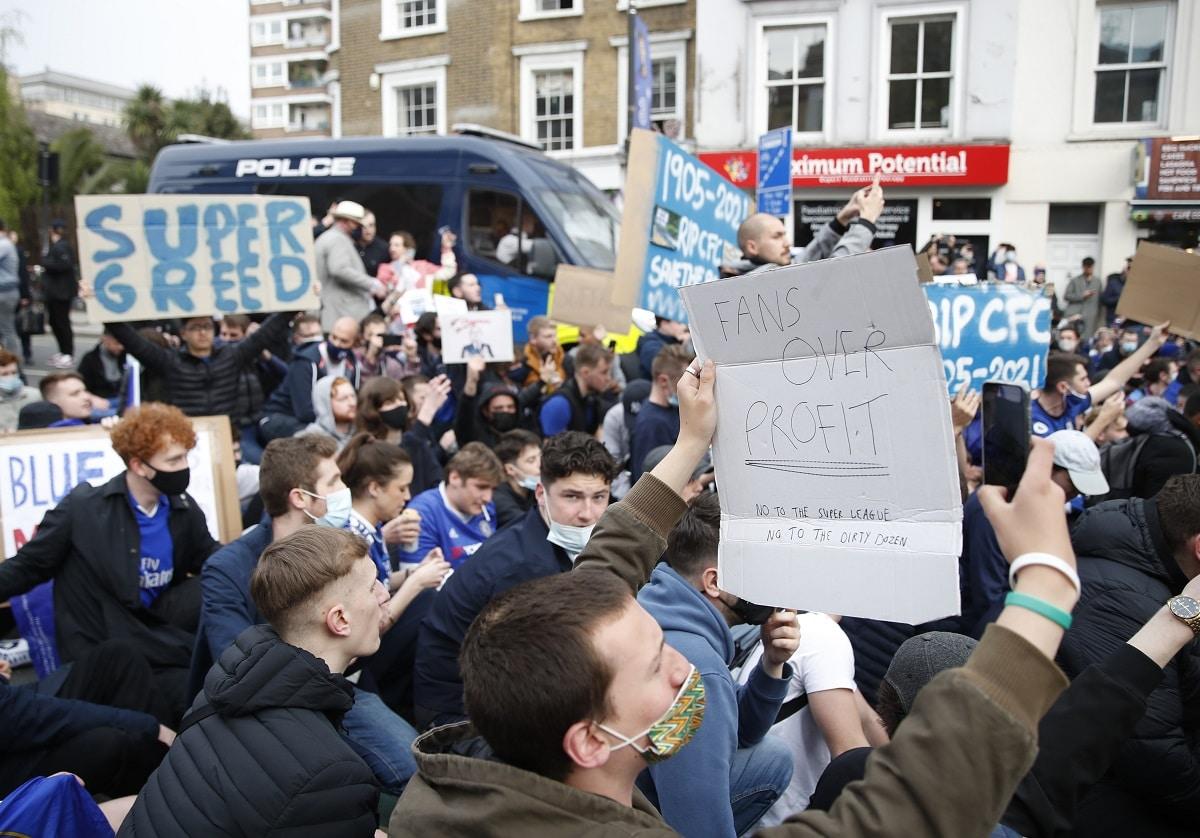 Protesty před stadionem Chelsea
