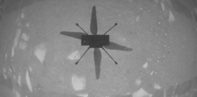 První černobílý snímek vyfocený vrtulníkem Ingenuity. Foto: NASA