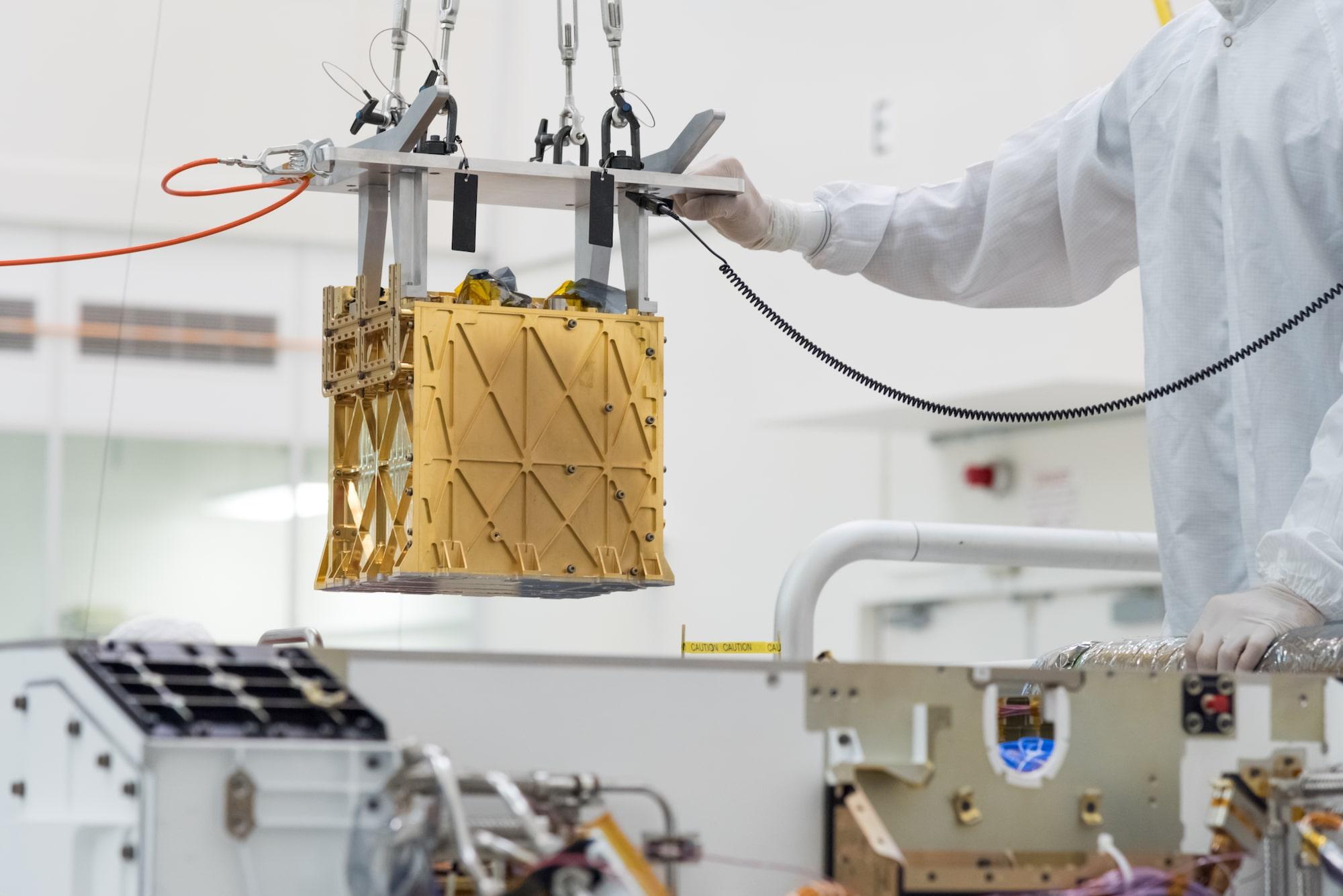 Instalování zařízení MOXIE do roveru Perseverance. Foto: NASA