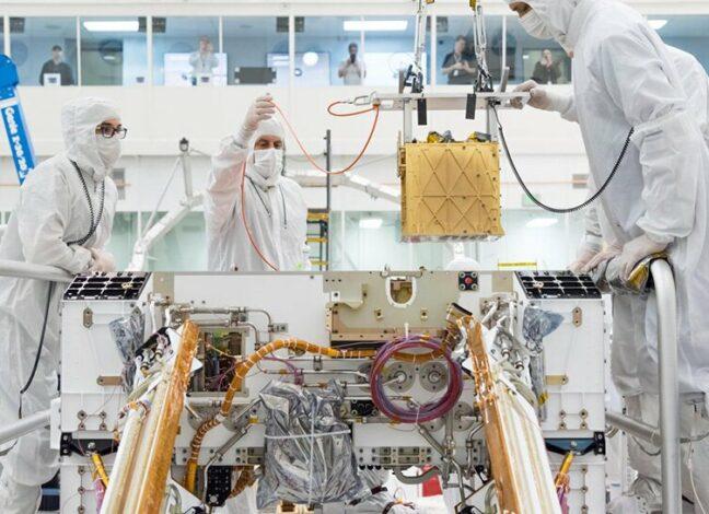 Instalování zařízení MOXIE do roveru Perseverance