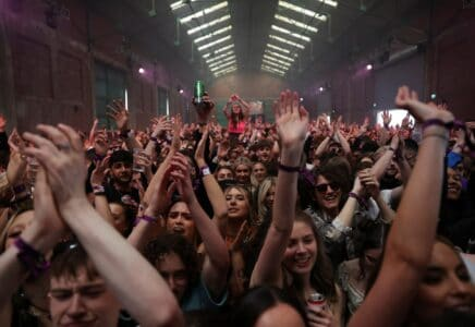 Lidé v nočním klubu v Liverpoolu bez roušek