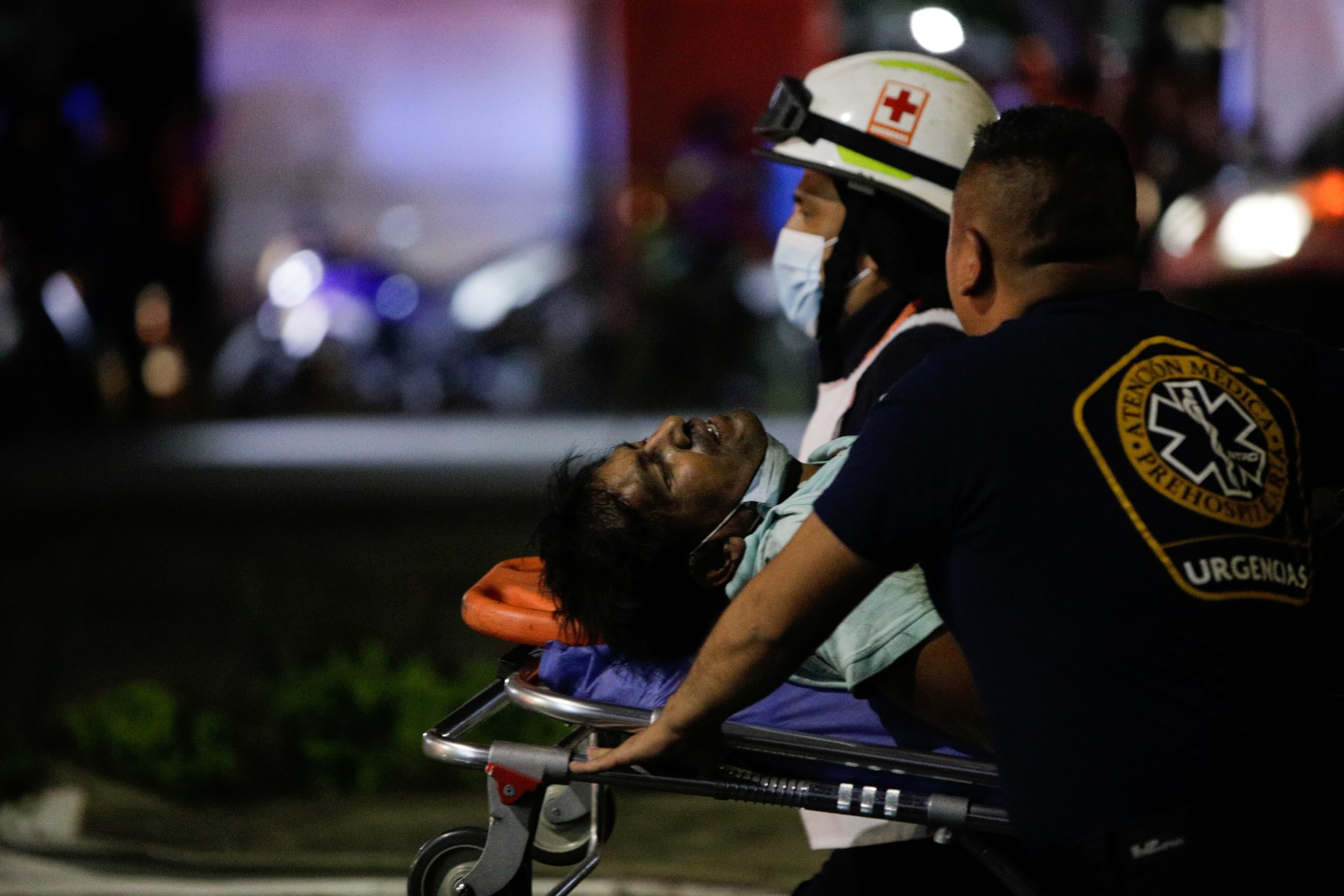 Mexico City: Transport zraněných po kolapsu nadjezdu metra
