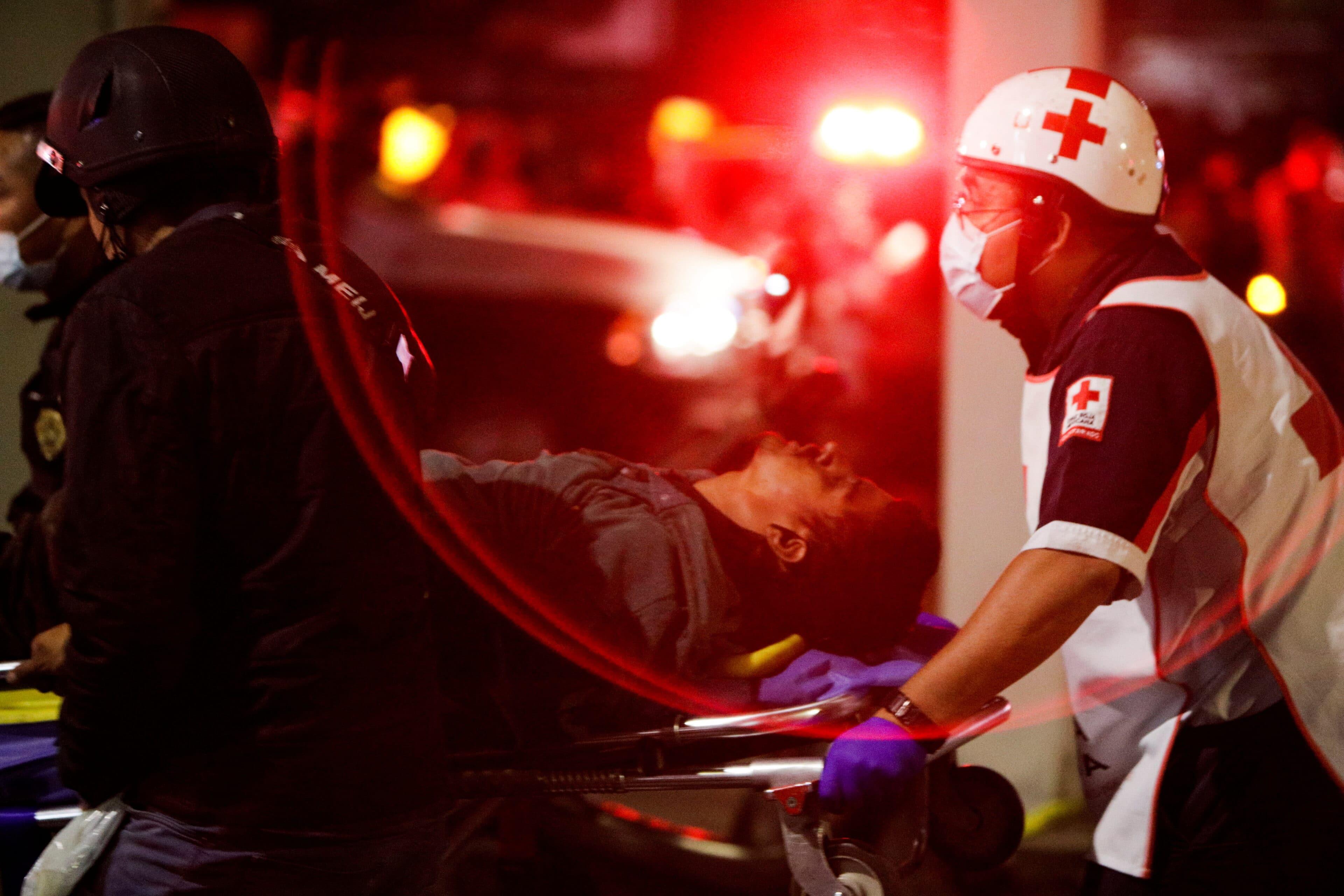 Přeprava raněných po kolapsu nadjezdu metra