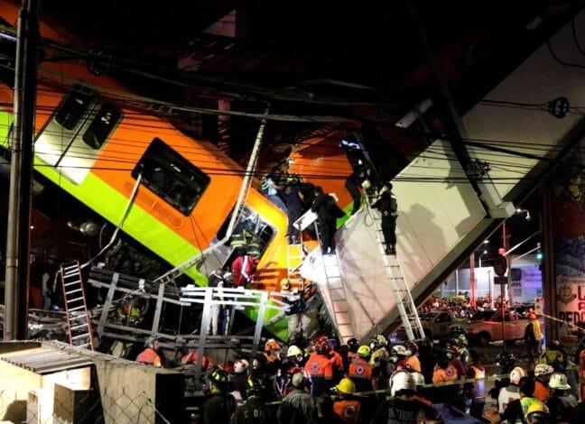 V Mexiku se zřítil železniční nadjezd se soupravou metra