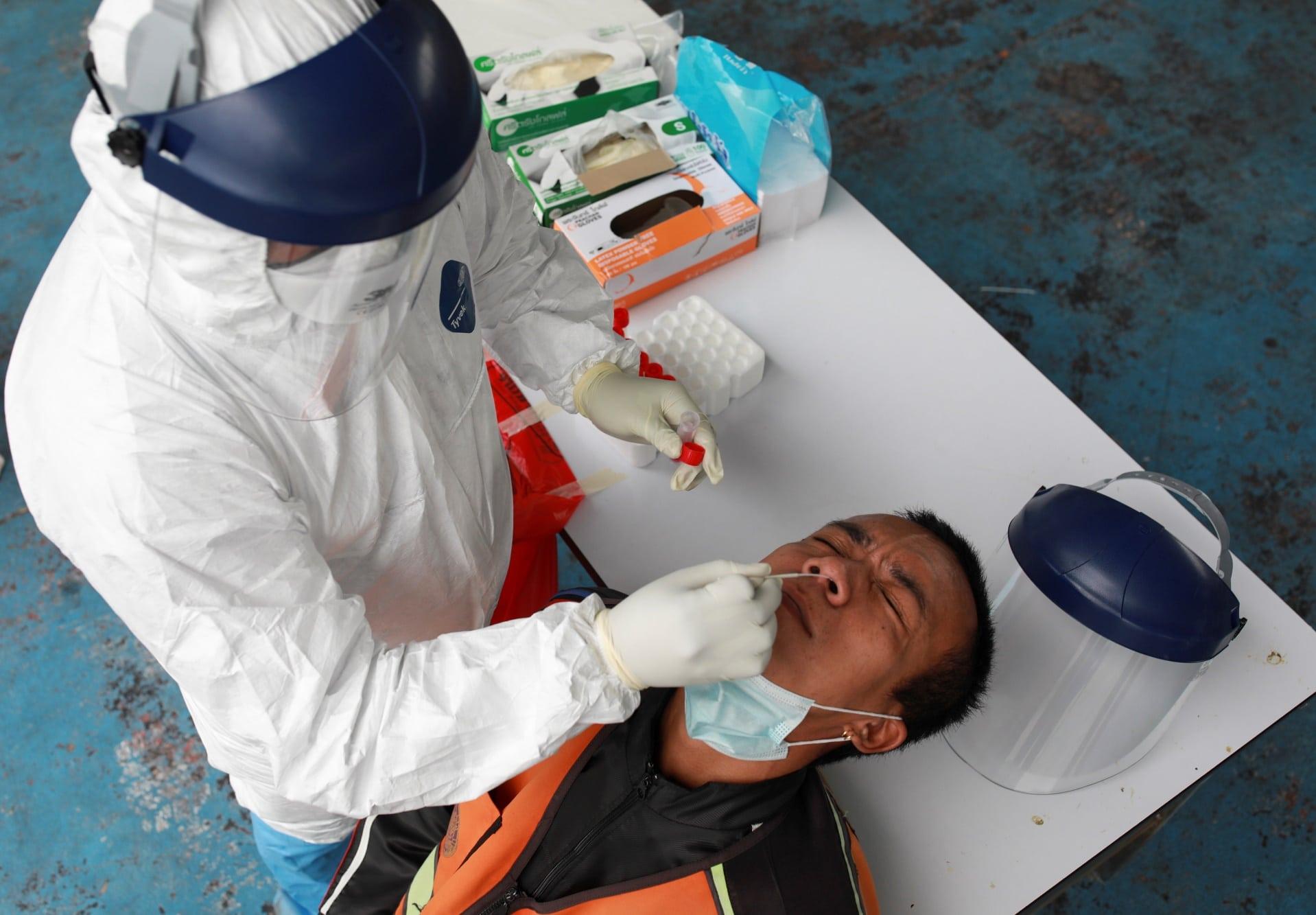 V Indonésii dělali testy na covid z nosu tyčinkami už jednou použitými