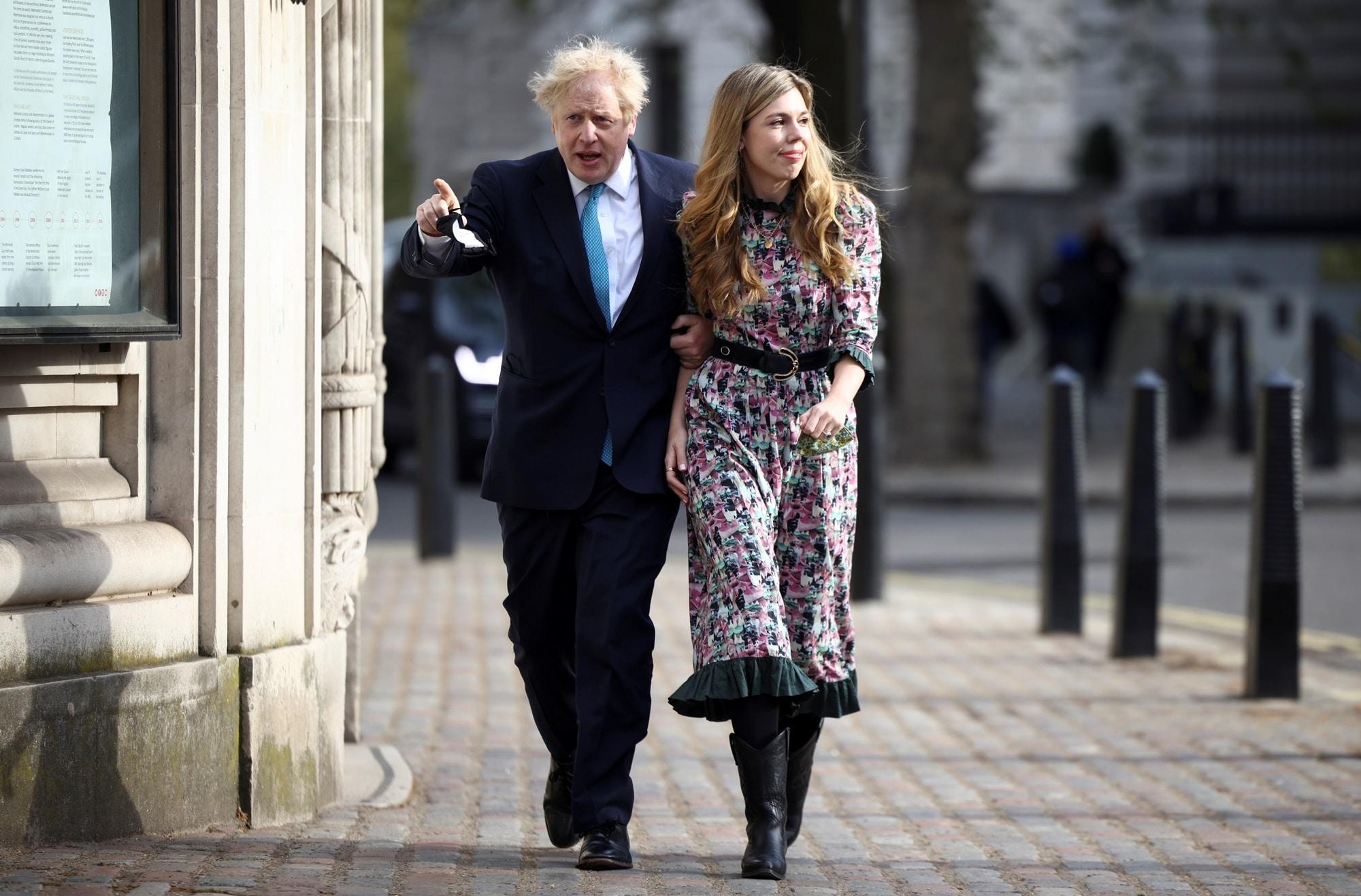 Britský premiér Boris Johnson s partnerkou Carrie Symonds