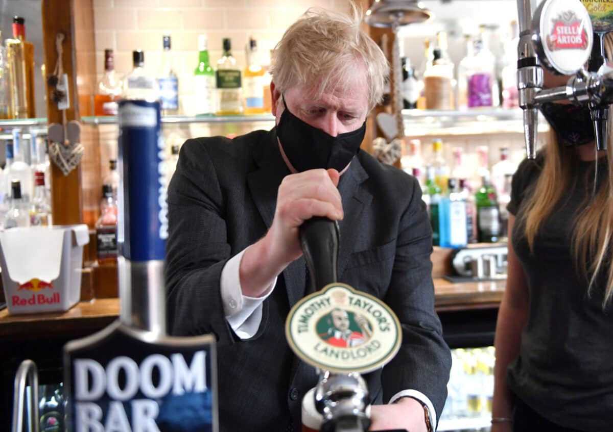 Británie otevřela hospody chybí personál