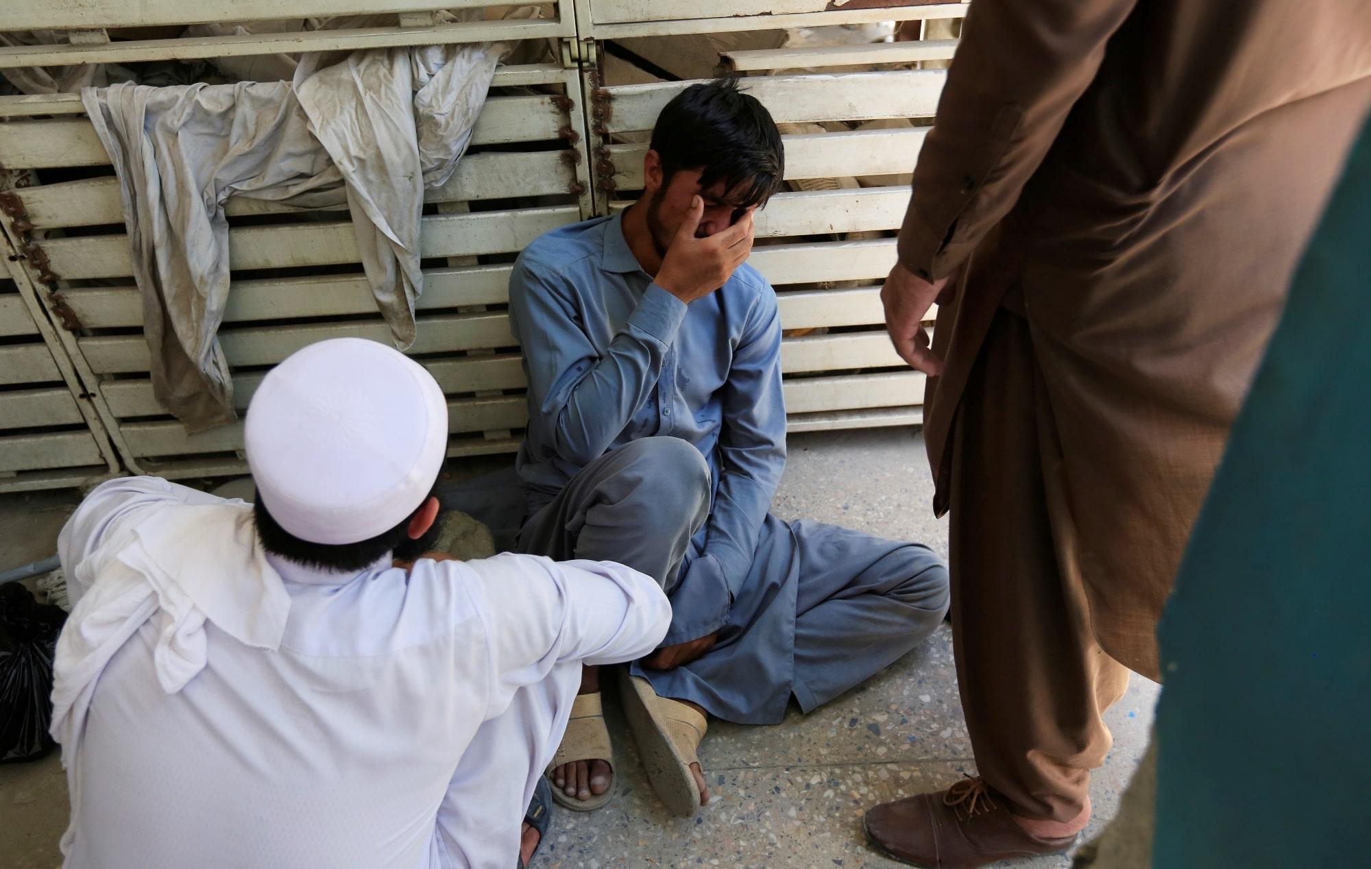 Muž truchlí nad ztrátou svého bratra, který se podílel na očkovacím programu
