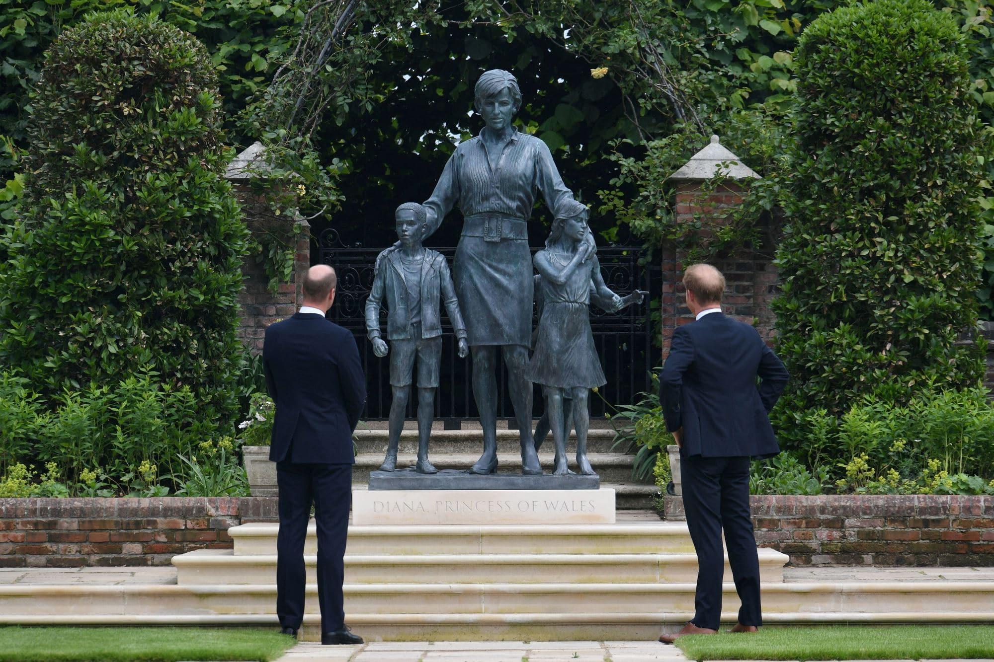 Princové William a Harry před sochou princezny Diany