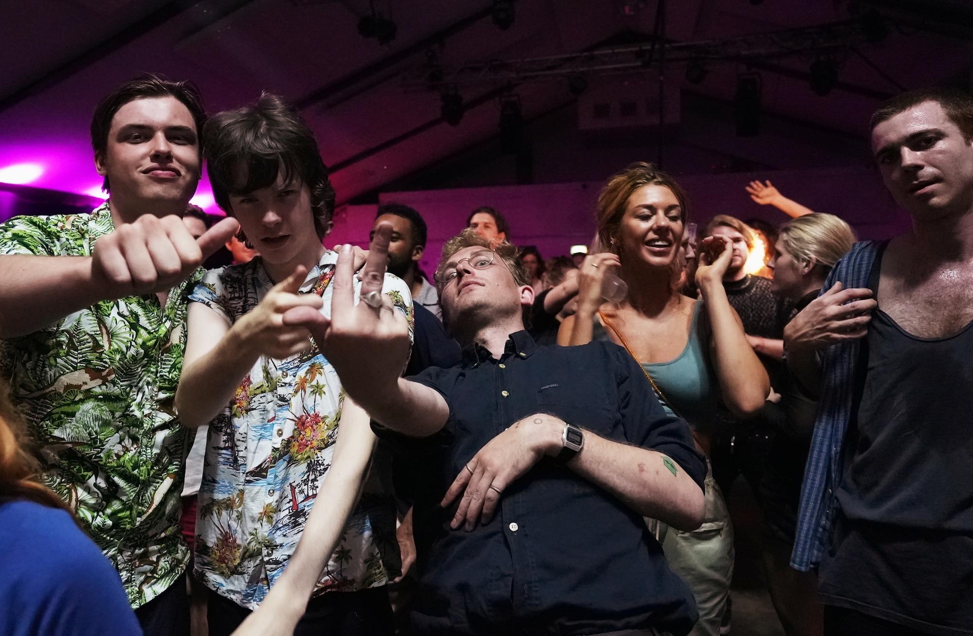 Britové oslavují v klubu Oval Space konec opatření proti koronaviru.