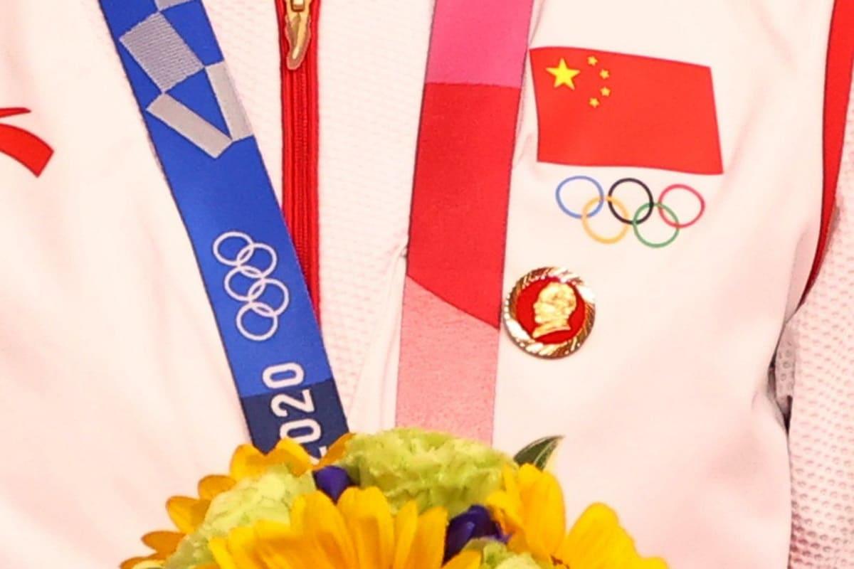 Číňanky přišly na ceremoniál s odznáčky s Maem Ce-tungem