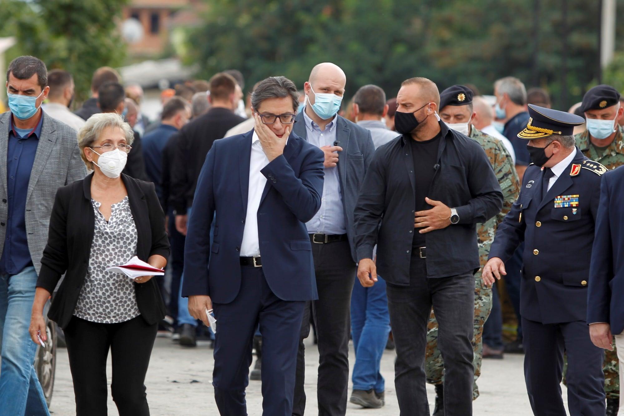 President Severní Makedonie Stevo Pendarovski na místě neštěstí