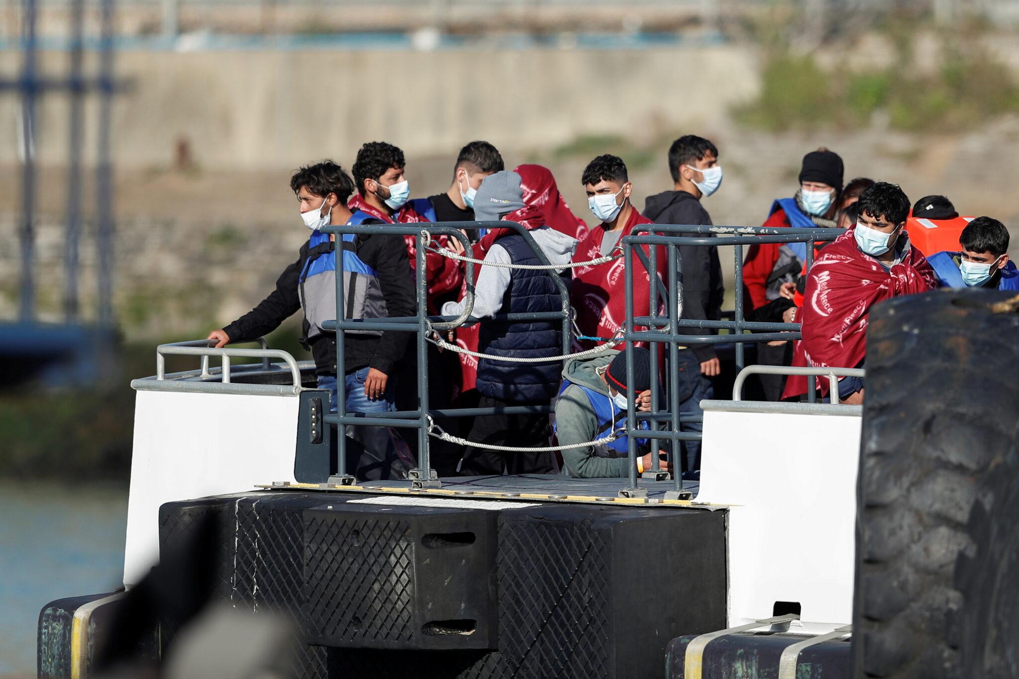 Migranti zachránění z La Manche v přístavu v Doveru