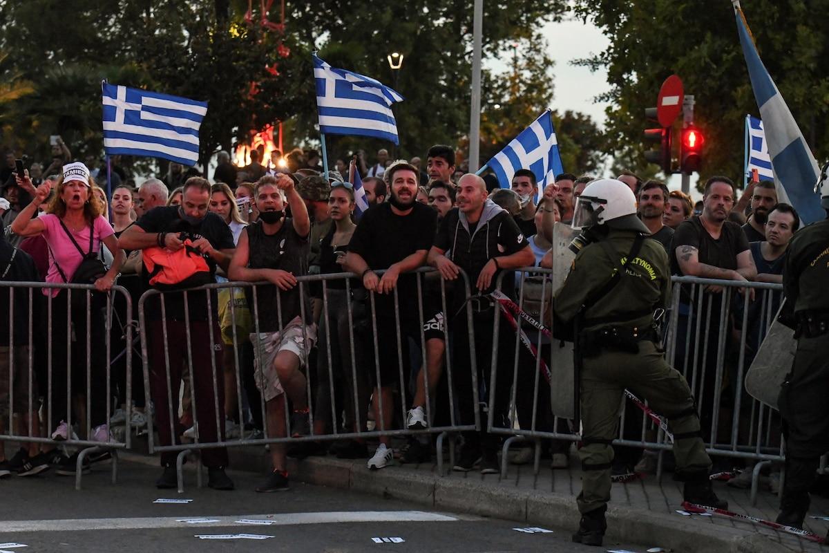 Lidé protestují proti očkování během každoročního projevu řeckého premiéra
