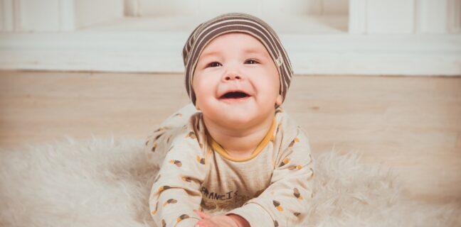 Smějící se kojenec