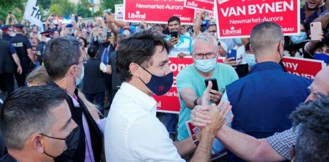 Na kanadského premiéra Justina Trudeaua odpůrci očkování házeli štěrk