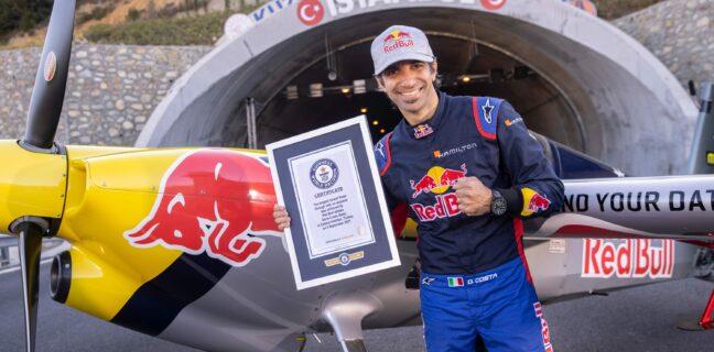 Italský pilot, Dario Costa, při svém průletu tunelem překonal hned několik rekordů