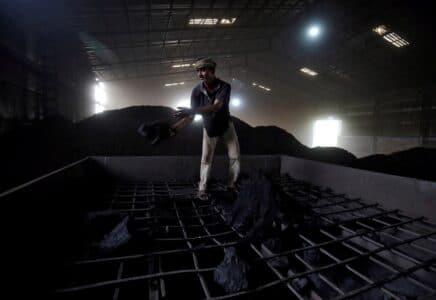 Indickým tepelným elektrárnám začíná docházet uhlí