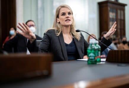 Bývalá zaměstnankyně Facebooku se postavila před americký senát